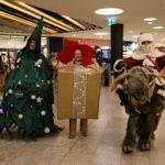 Weihnachtsmann auf Elch, lebendiges Geschenk und lebendiger Weihnachtsbaum